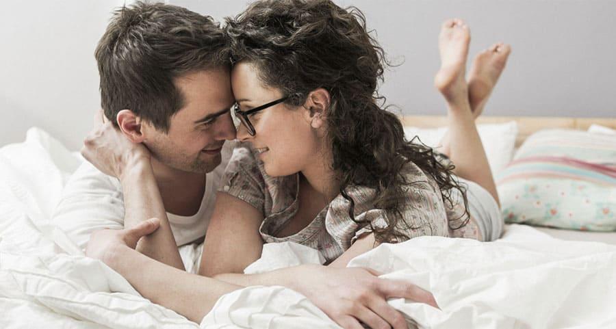 como tratar o homem com indiferença - casal deitado